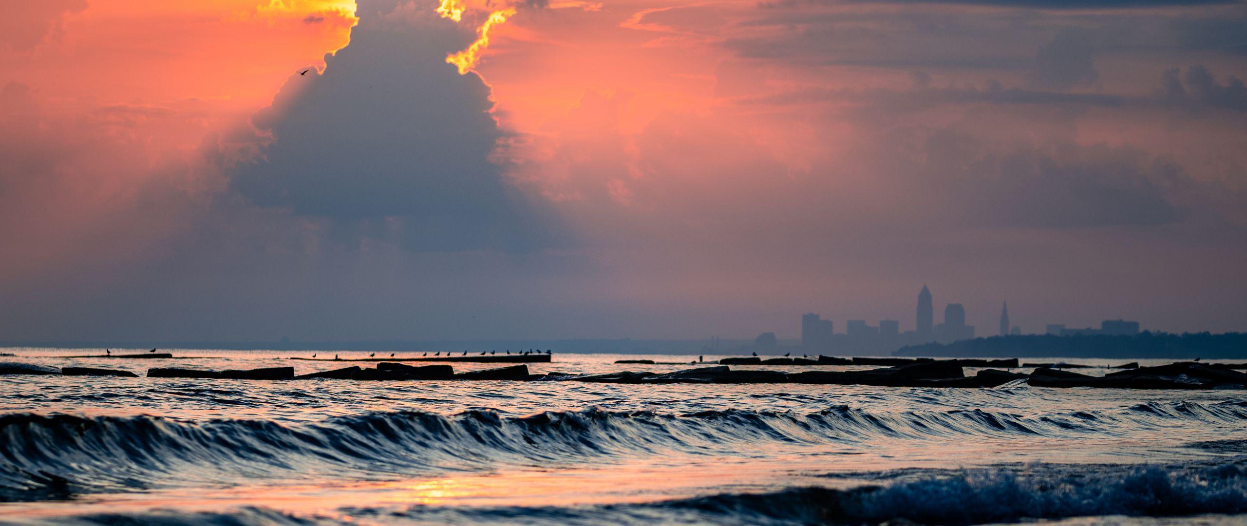 2560x1080 Wallpaper sea, waves, clouds, rays, sun, sunset