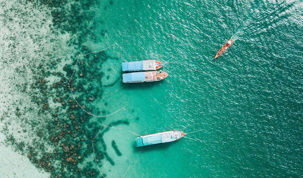 1024x600 Wallpaper shore, boats, sandbar, ocean, moored, aerial view