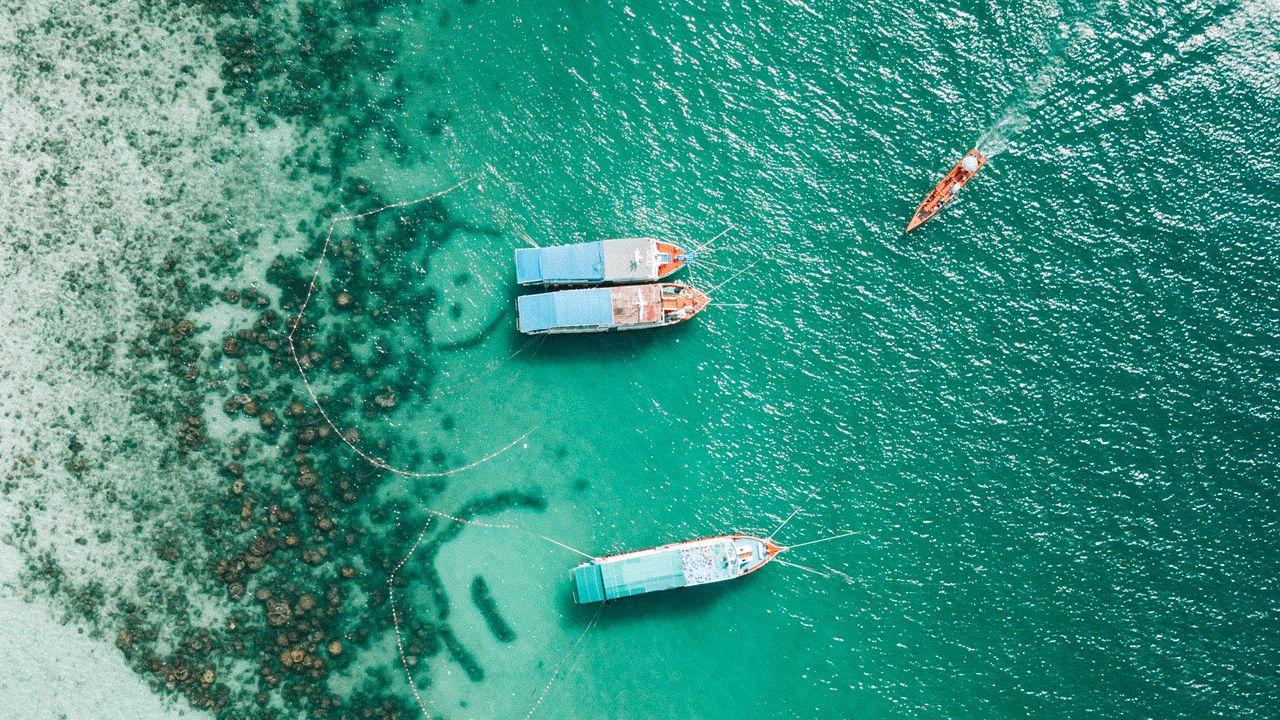 1280x720 Wallpaper shore, boats, sandbar, ocean, moored, aerial view