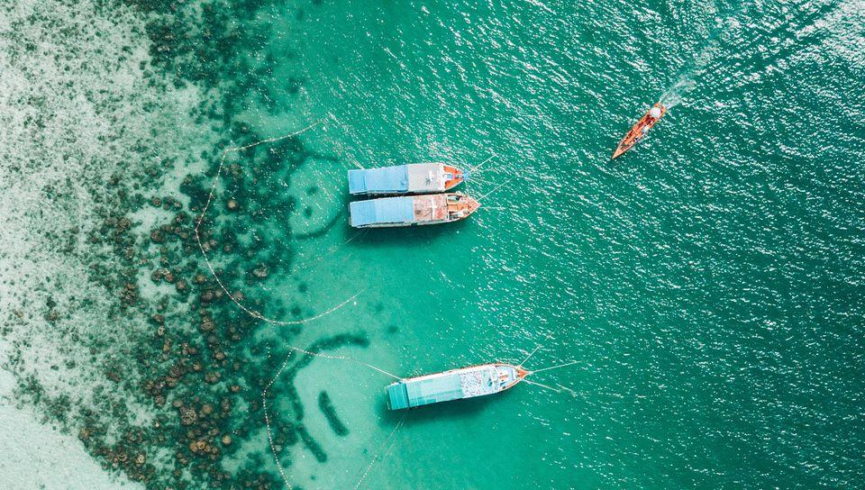 960x544 Wallpaper shore, boats, sandbar, ocean, moored, aerial view