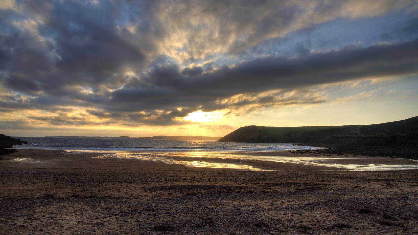 1600x900 Wallpaper shore, water, sunset, landscape