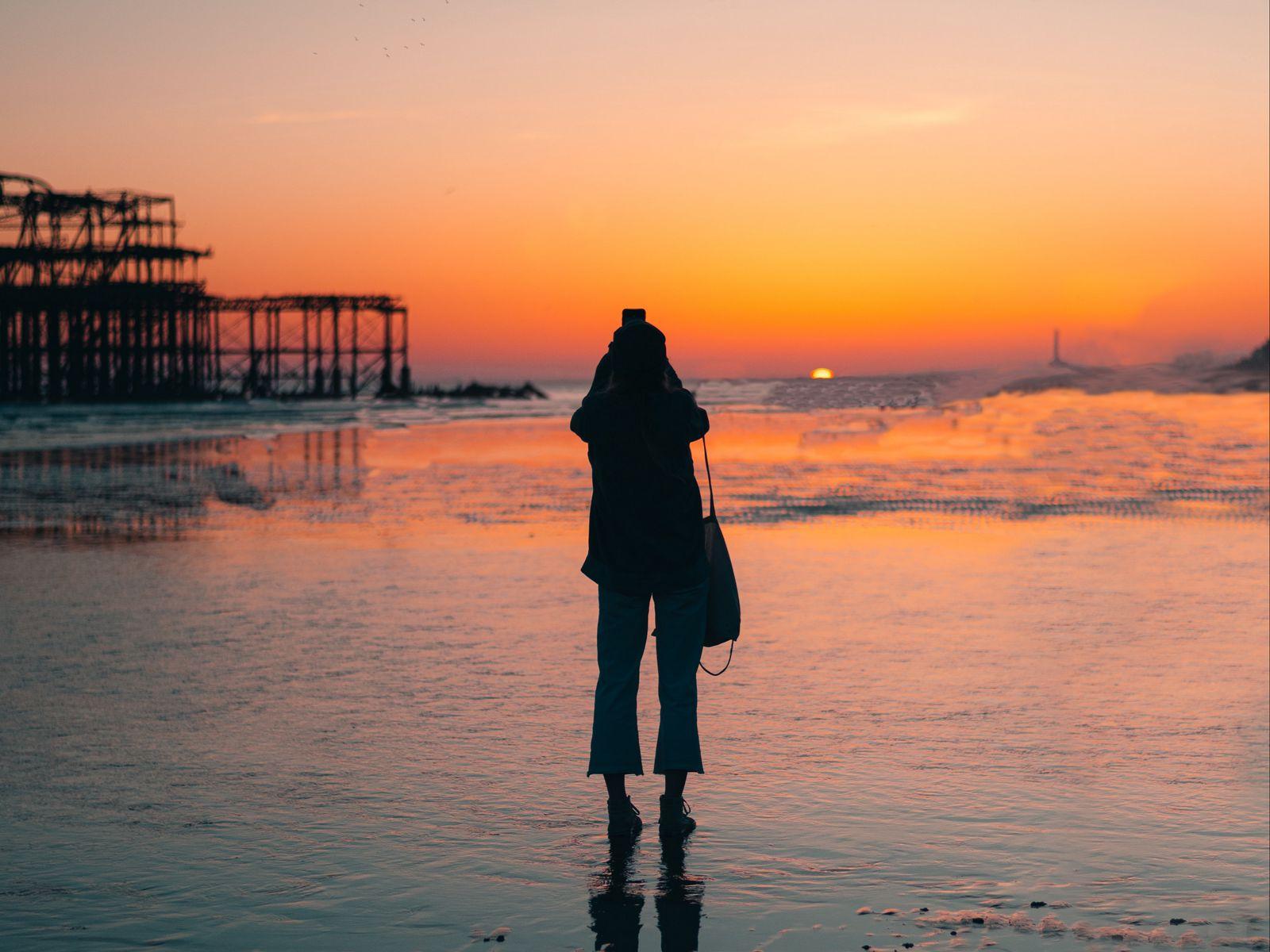 1600x1200 Wallpaper silhouette, alone, beach, sea, sunset, dark