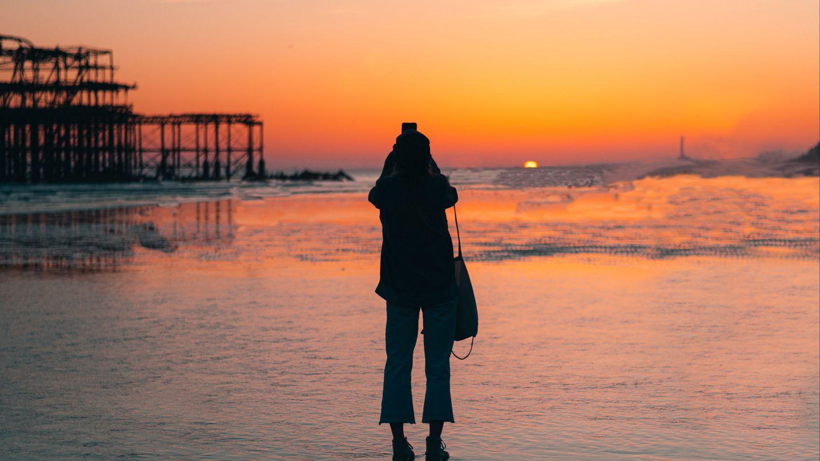 1600x900 Wallpaper silhouette, alone, beach, sea, sunset, dark