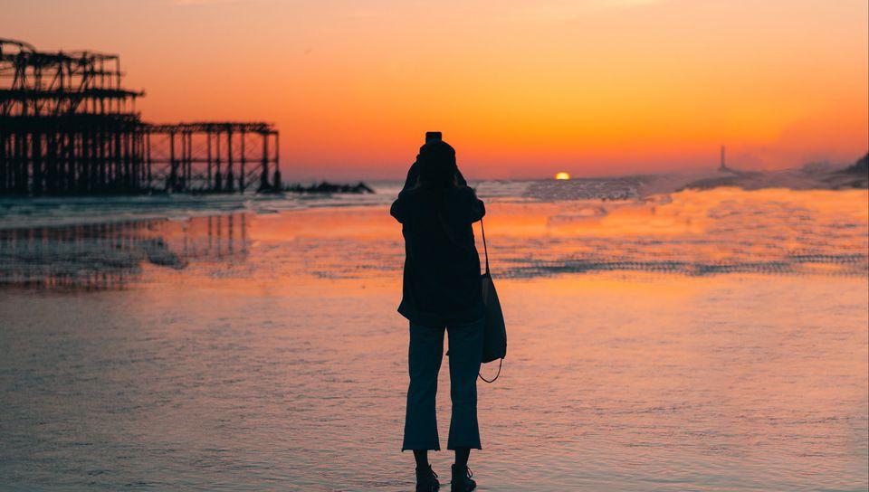 960x544 Wallpaper silhouette, alone, beach, sea, sunset, dark