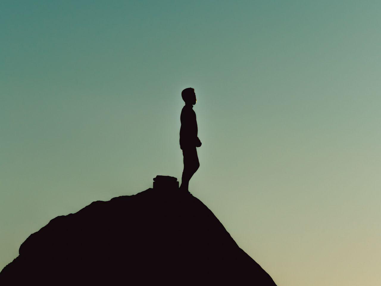 1280x960 Wallpaper silhouette, alone, mountain, twilight, dark