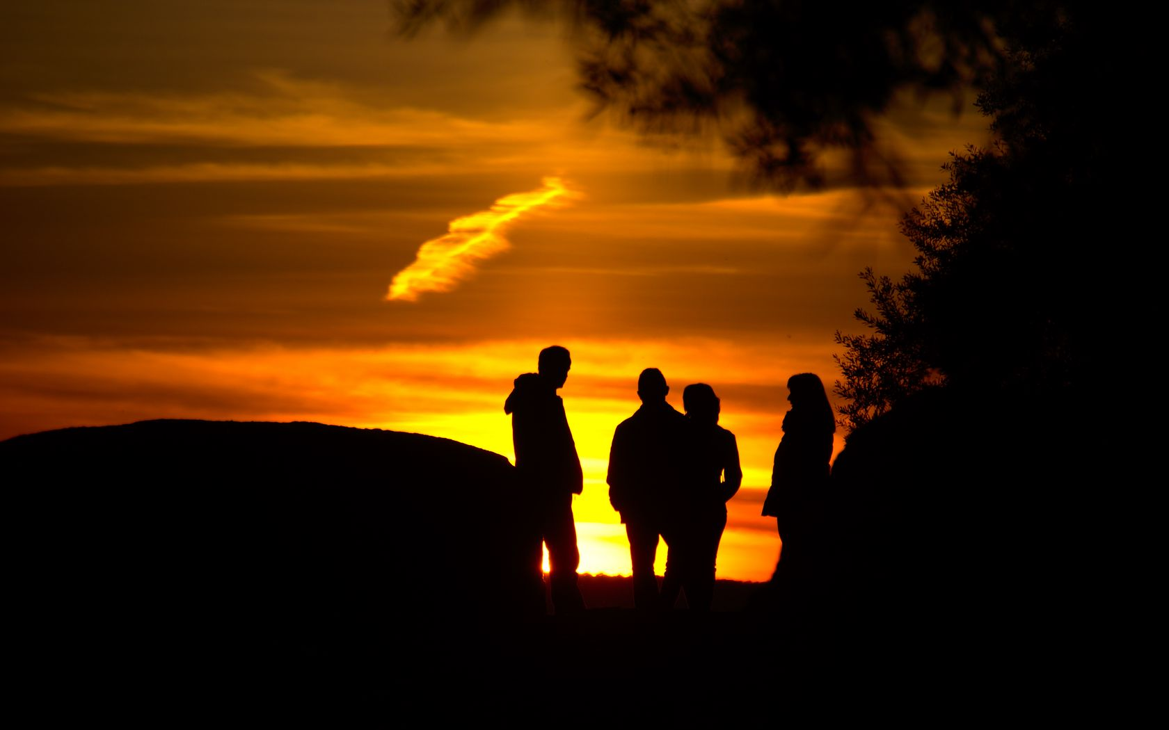 1680x1050 Wallpaper silhouettes, friends, sunset, light, dark
