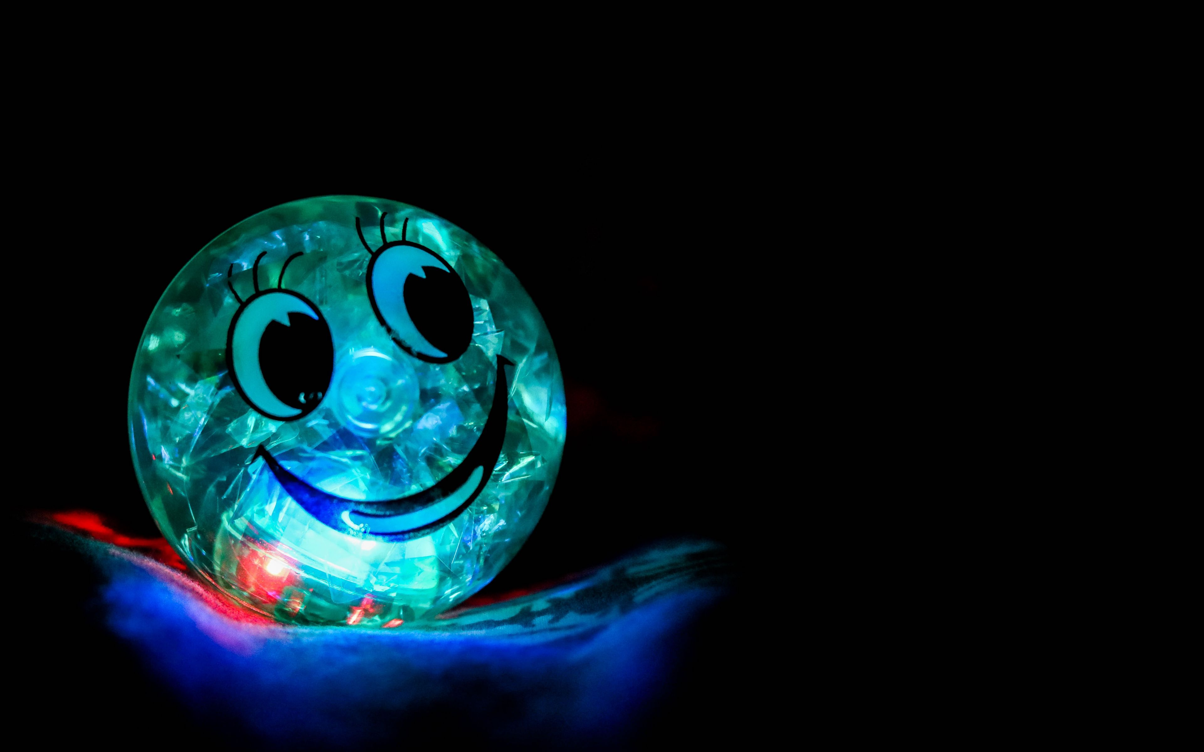 3840x2400 Wallpaper smile, happiness, ball, backlight