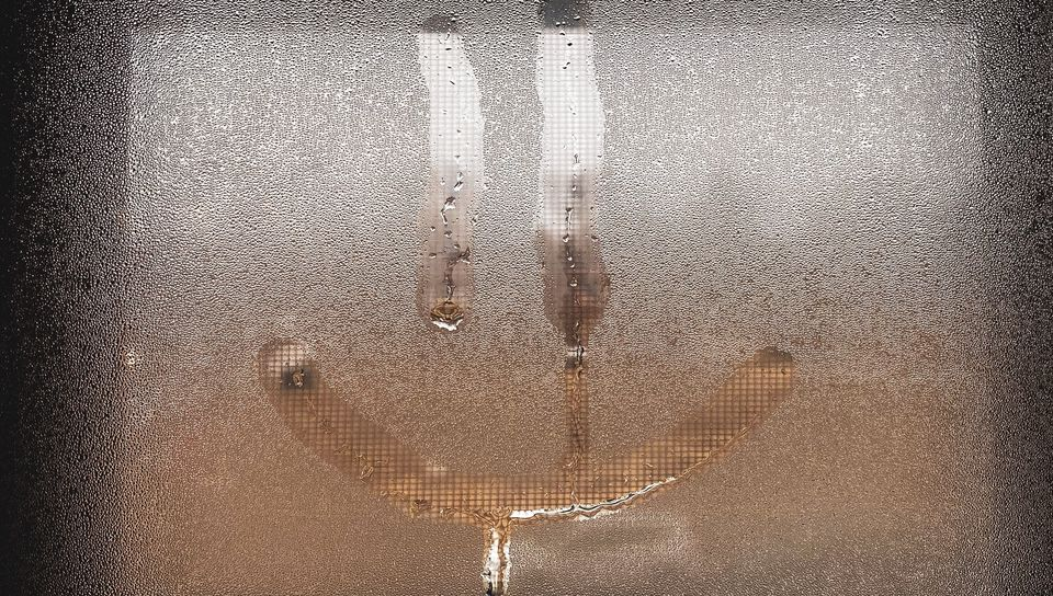 960x544 Wallpaper smile, smiley, glass, wet, window, drops