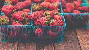 Preview wallpaper strawberries, berries, ripe, baskets, packing