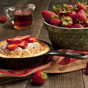 Preview wallpaper strawberry, plate, berry, cake, powder
