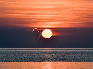 Preview wallpaper sunset, glare, water, horizon, clouds, sea