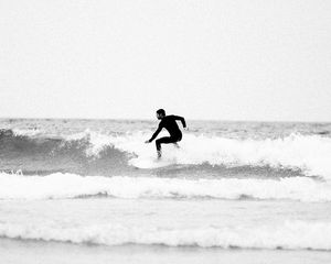 Preview wallpaper surfing, waves, bw