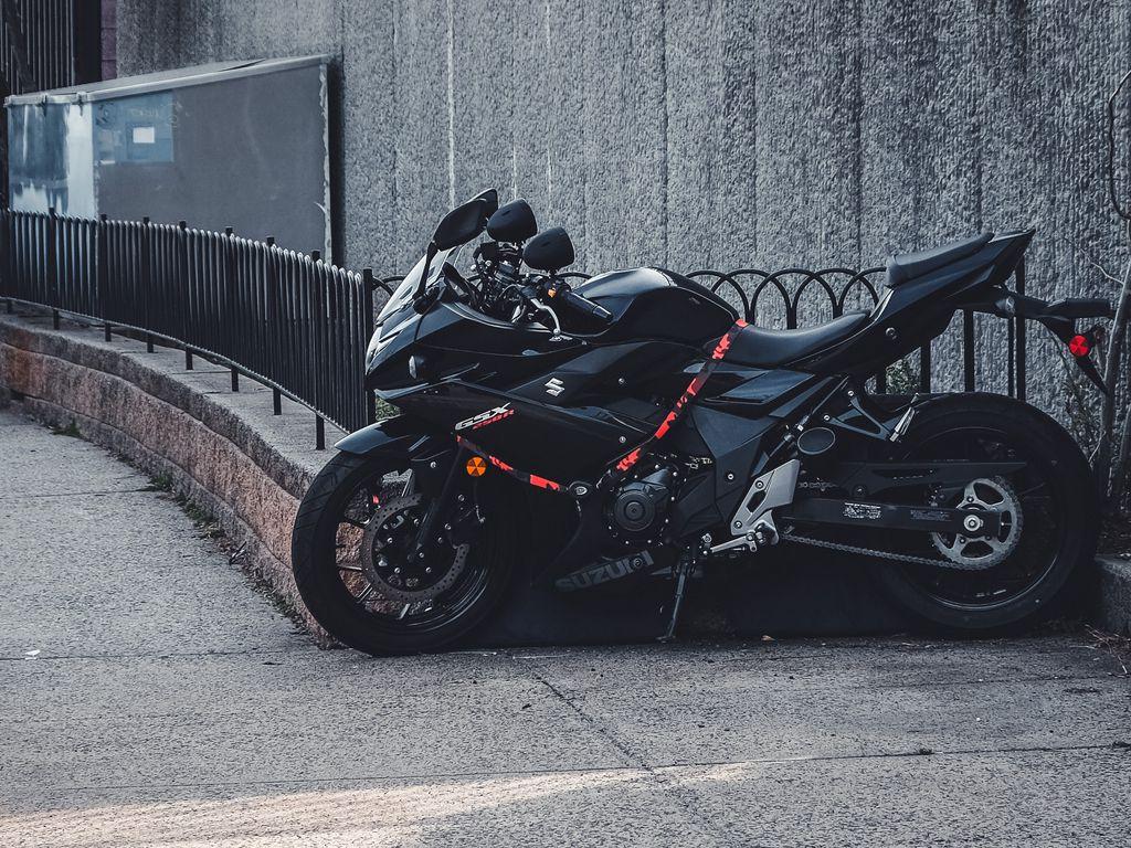 1024x768 Wallpaper suzuki, motorcycle, bike, black, parking