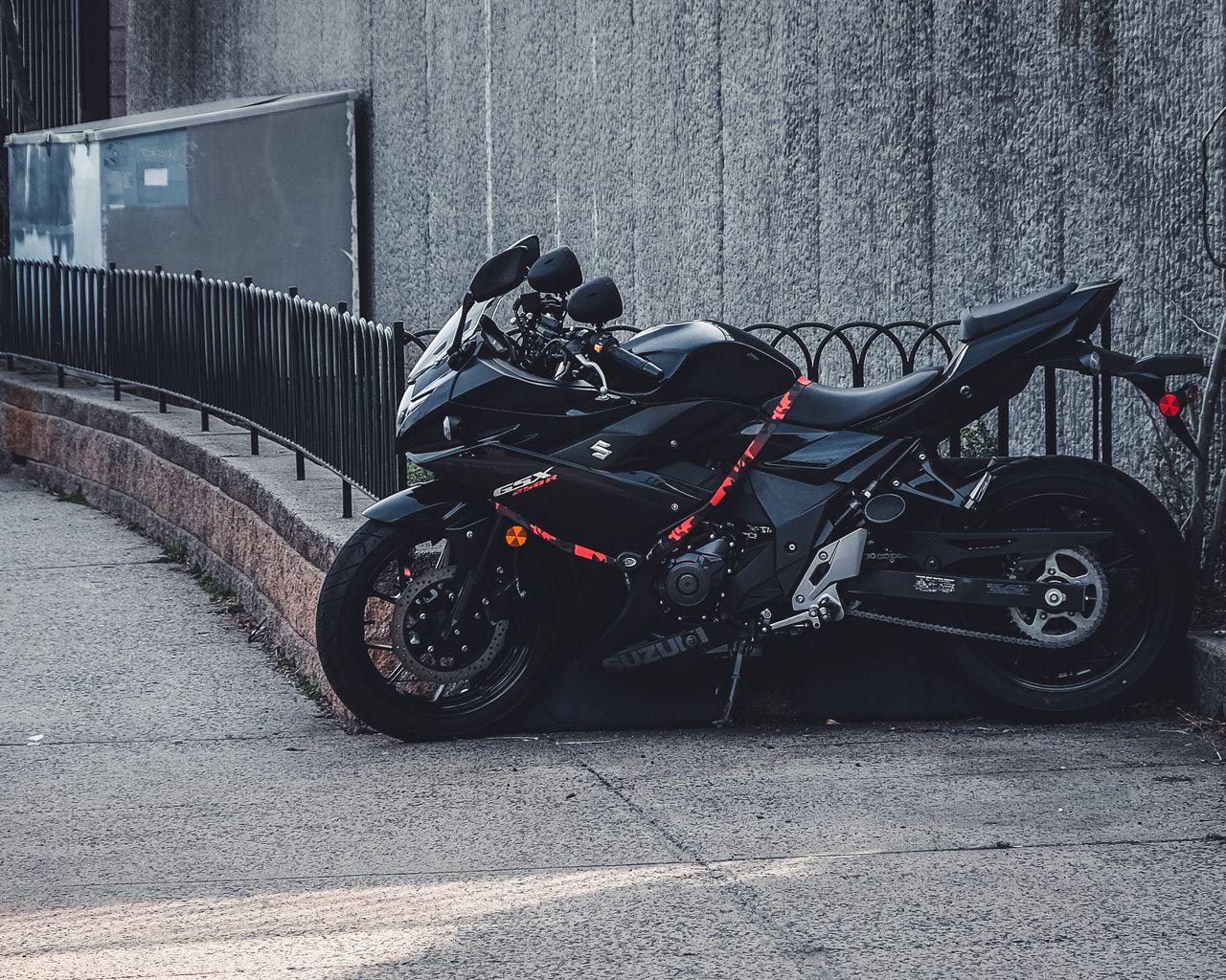 1280x1024 Wallpaper suzuki, motorcycle, bike, black, parking