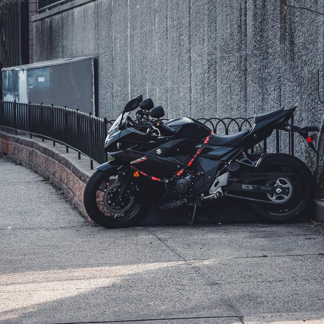 1280x1280 Wallpaper suzuki, motorcycle, bike, black, parking