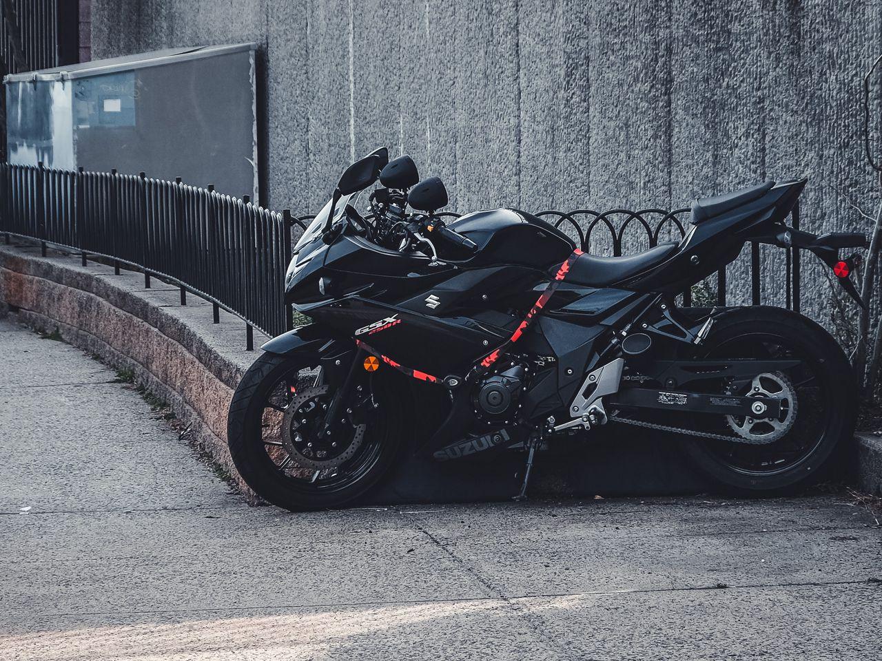 1280x960 Wallpaper suzuki, motorcycle, bike, black, parking