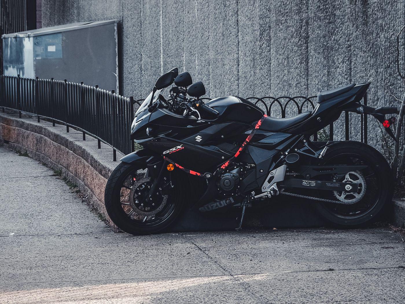 1400x1050 Wallpaper suzuki, motorcycle, bike, black, parking