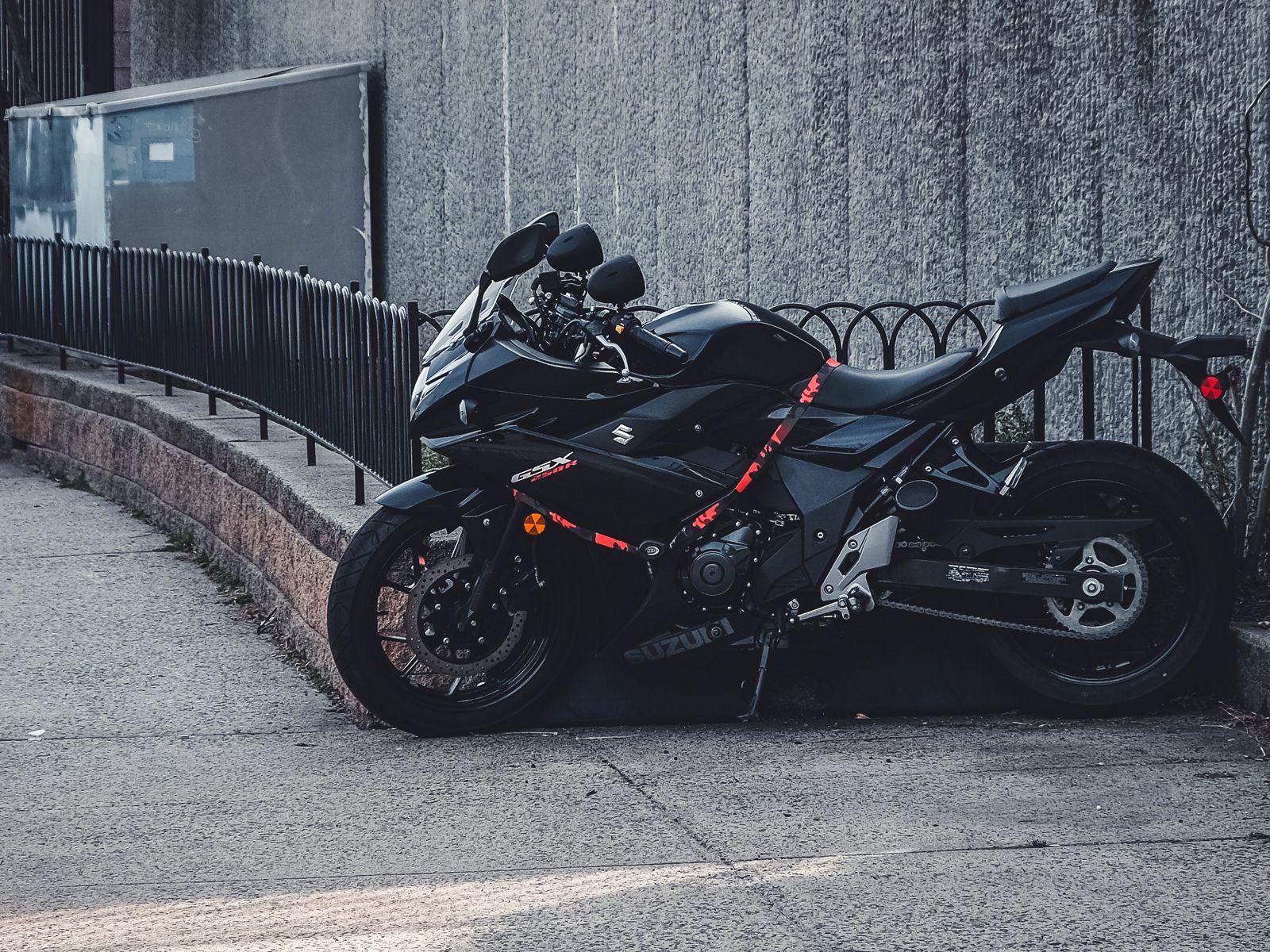 1600x1200 Wallpaper suzuki, motorcycle, bike, black, parking
