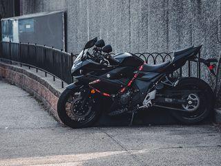 320x240 Wallpaper suzuki, motorcycle, bike, black, parking