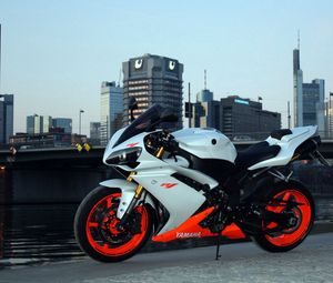 Preview wallpaper yamaha, r1, side view, city