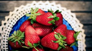Preview wallpaper strawberry, berry, plate, napkin