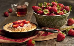 Preview wallpaper strawberry, plate, berry, cake, powder