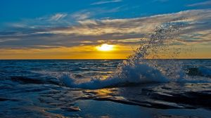 Preview wallpaper sun, decline, evening, splashes, wave, stony, protected